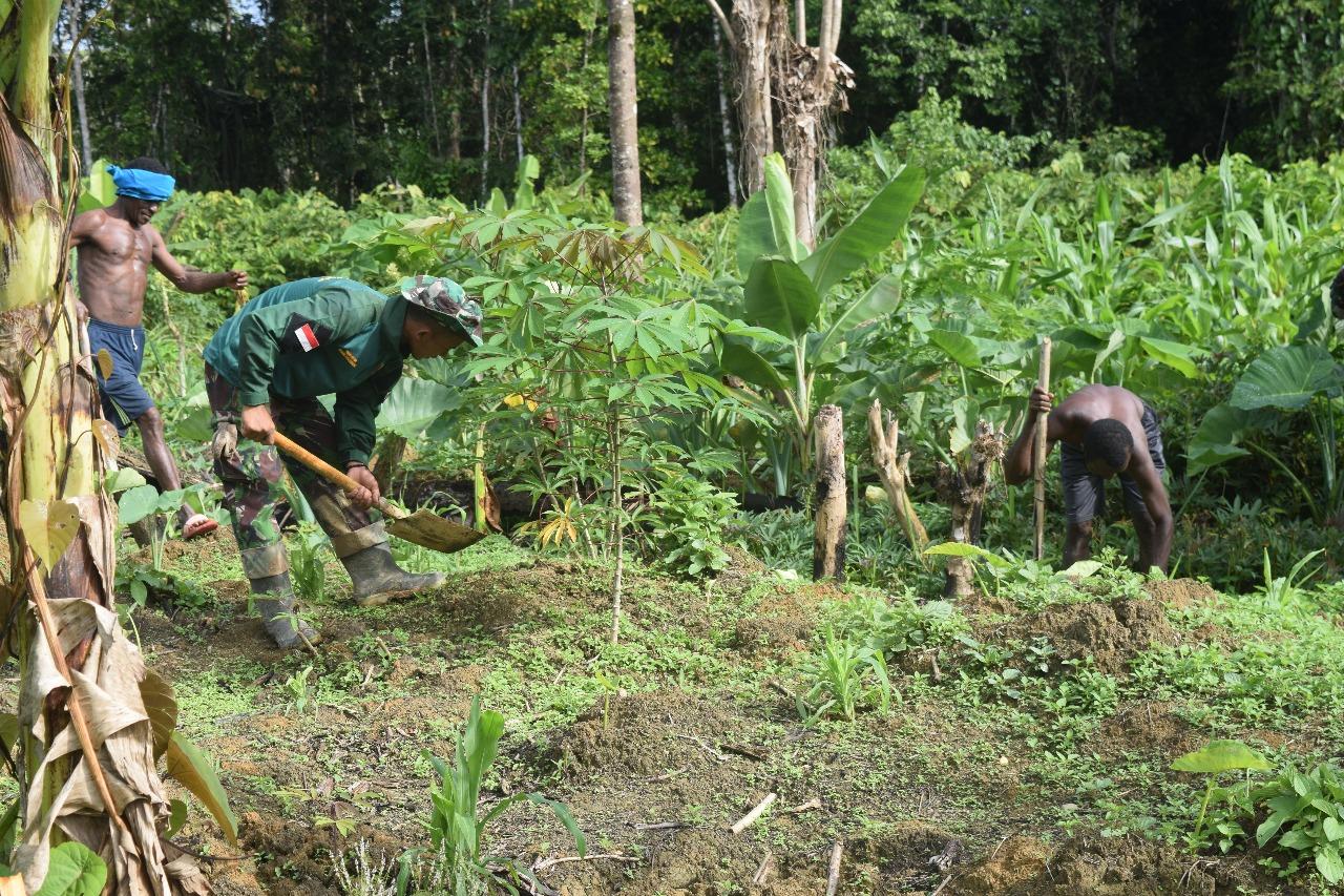Prada Nilus, Satgas TMMD yang membantu Pak Amos membersihkan kebun