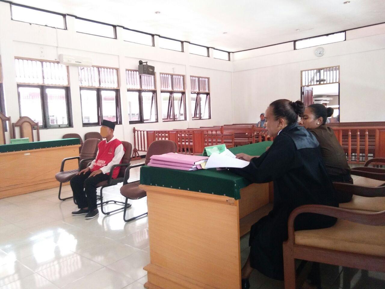 Terdakwa HN (24) saat mendengarkan bacaan tuntutan Jaksa di Pengadilan Negeri kelas Ib Sorong