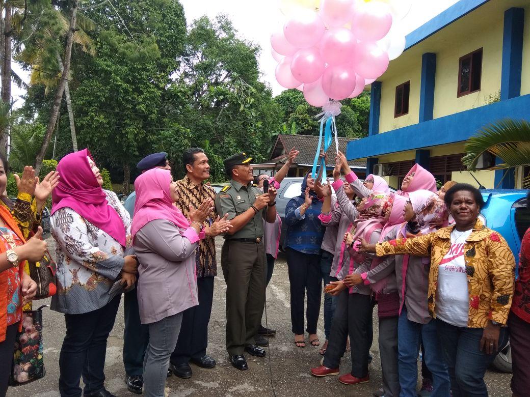 Pelepasan sejumlah Balon Udara oleh Jurnalis Perempuan bersama aktivis perempuan dan kepala RRI serta perwakilan TNI sebagai tanda dideklarasikan FJPI Papua Barat