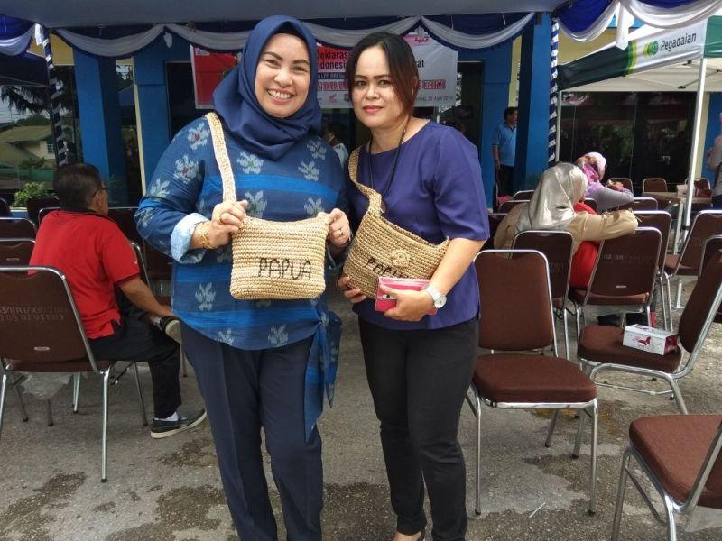 Nurhaya Umar dan rekan saat memakai Tas Noken Hasil Pengrajin Mama Papua