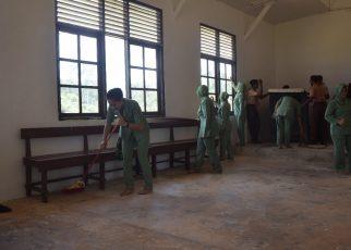 Para Istri Tentara terlihat sedang membersihkan GKI Emanuel, Kampung Sailala, Distrik Sayosa Timur, Kabupaten Sorong