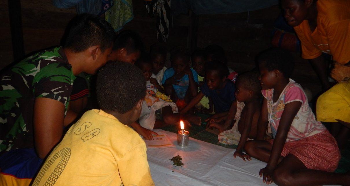 Anak-anak Kampung Sailala yang terus semangat beajar meski menggunakan lilin