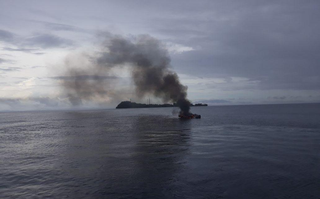 Tampak Speed Boat milik Polres Raja Ampat yang terbakar di perairan saonek