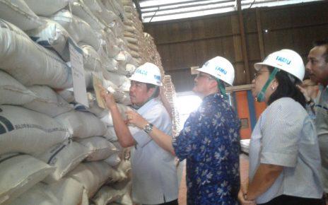 Kementrian Perdagangan RI saat melakukan pemantauan di Gudang Bulog Sorong