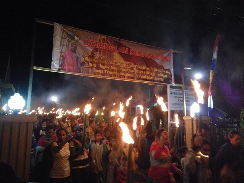 Para jemaat GKI Maranatha Sorong melaksanakan Pawai Obor