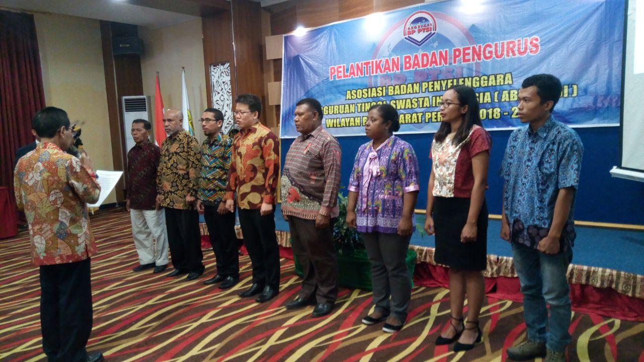 Ketua Asosiasi Badan Penyelenggara Perguruan Tinggi Swasta Indonesia melantik Badan Pengurus APB-PTSI Wilayah Papua Barat di Aston Niu Manokwari, Rabu (18/4/2018)