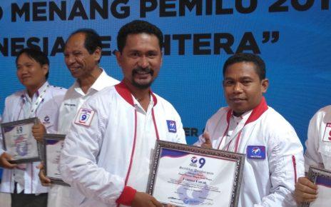 Ketua dan Sekertaris DPW Partai Perindo Papua Barat saat menerima penghargaan dari Ketua Umum DPP, Hary Tanoesodibjo di Gedung JCC Jakarta belum lama ini