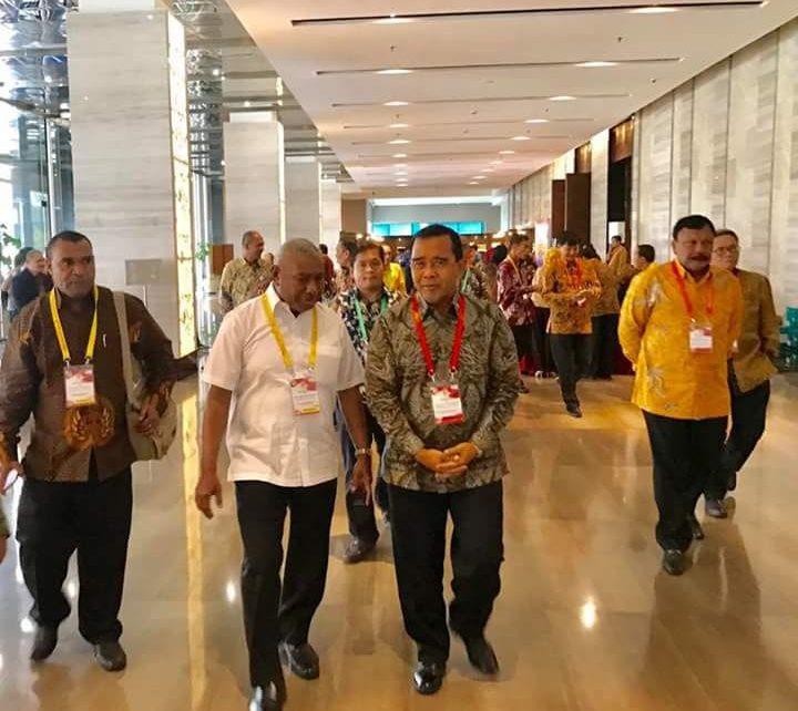 Ketua umum KONI Pusat, Tono Suratman,S.Ip didampingi Ketua Umum KONI Papua Barat, Drs Dominggus Mandacan menuju Arena Raker KONI di Hotel Bidakara, Jakarta Selatan, Rabu (25/4/2018)