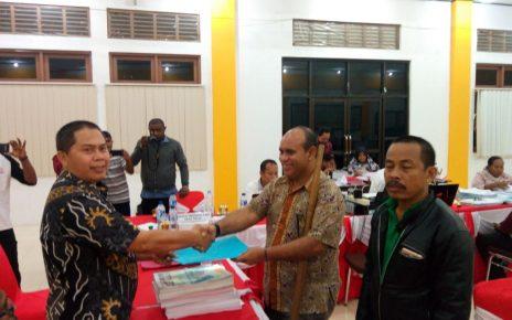Komisioner KPU-PB, Halim Sidiq menyerahkan tanda bukti terima dokumen syarat dukungan kepada Bacalon DPD-RI, M.Sanusi Rahaningmas di Kantor KPU-PB, Jum'at (27/4/2018)