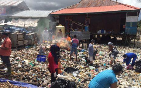 Komunitas Pecinta Lingkungan saat memberihkan lautan sampah di Kota Sorong