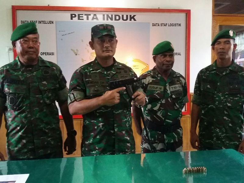 Letkol Inf Andar Dodi Panggabean, S.IP, Dandim 1704/Sorong saat menunjukkan senjata yang diserahkan warga SP 1