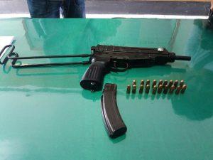 Senjata jenis Scorpion 61 bernomor 39654 beserta 19 butir amunisi keliber 7,65x17 mm yang ditemukan warga dalam kolam pemancingan