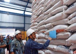 Kementrian Perdagangan saat mengontrol distributor beras di Manokwari