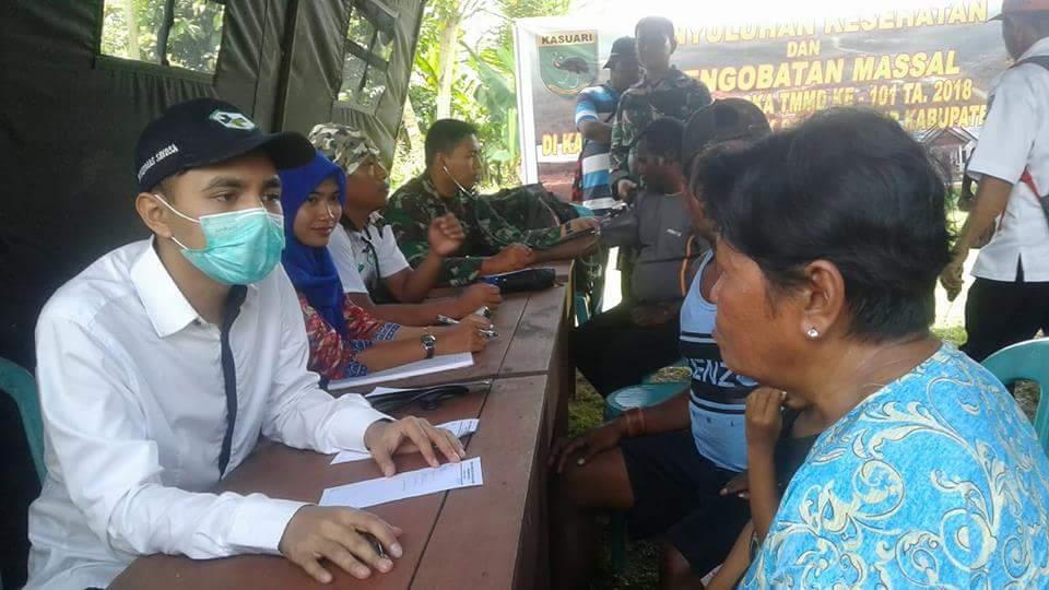 Tim Dokter TMMD saat melakukan pemeriksaan kesehatan kepada masyarakat Kampung Sailala, Distrik Sayosa Timur