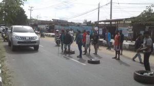 Terlihat warga menggunakan Ban untuk memalang proses eksekusi lahan oleh Pengadilan Negeri kelas Ib Sorong