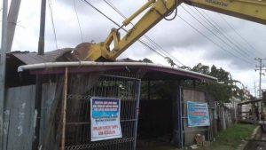 Eksavator yang digunakan oleh PN Sorong untuk membongkar bangunan rumah di lahan milik H Sattas Gading