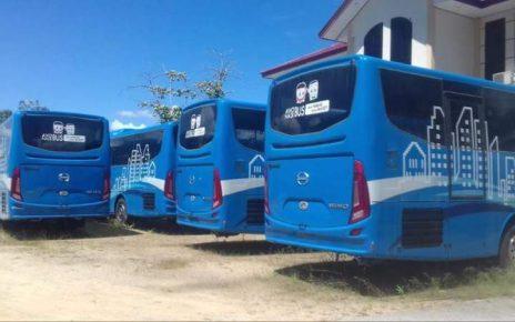 Bus Rapid Transit (BRT) yang terparkir rapi di halaman Kantor Dinas Perhubungan Kota Sorong