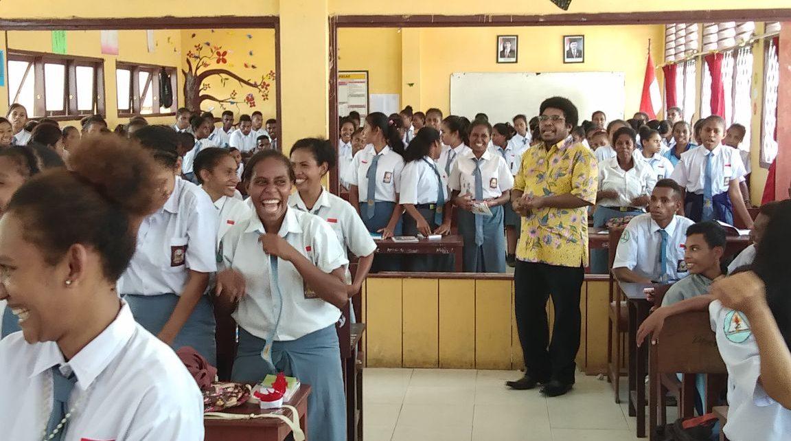 Anggota MPR RI Dapil Papua Barat, Mervin I. S. Komber melakukan sosialisasi 4 pilar kebangsaan kepada siswa-siswi SMU YPPK Kaimana, Selasa (14/5/2018)