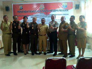 Pejabat Pemerintahan Tambrauw berpose bersama dengan Pejabat Kejaksaan Negeri Sorong dan Polres Sorong Kota usai penandatanganan nota kesepahaman