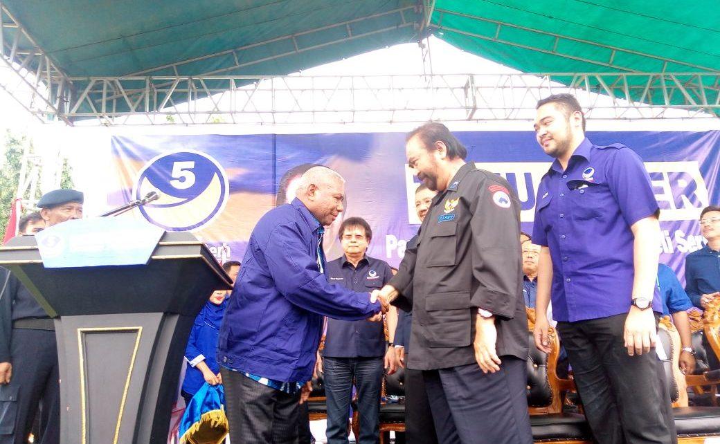Ketua Umum DPP Partai NasDem, Surya Paloh mengenakan Jas NasDem Kepada Gubernur, Drs Dominggus Mandacan Sebagai Ketua DPW Partai NasDem Papua Barat di Kota Medan, Rabu (9/5/2018)