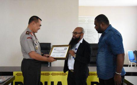 Lembaga Masyarakat Adat Papua Barat Memberikan Cendramat kepada Kapolda Papua Barat di Mapolda Papua Barat, Kamis (31/5/2018)