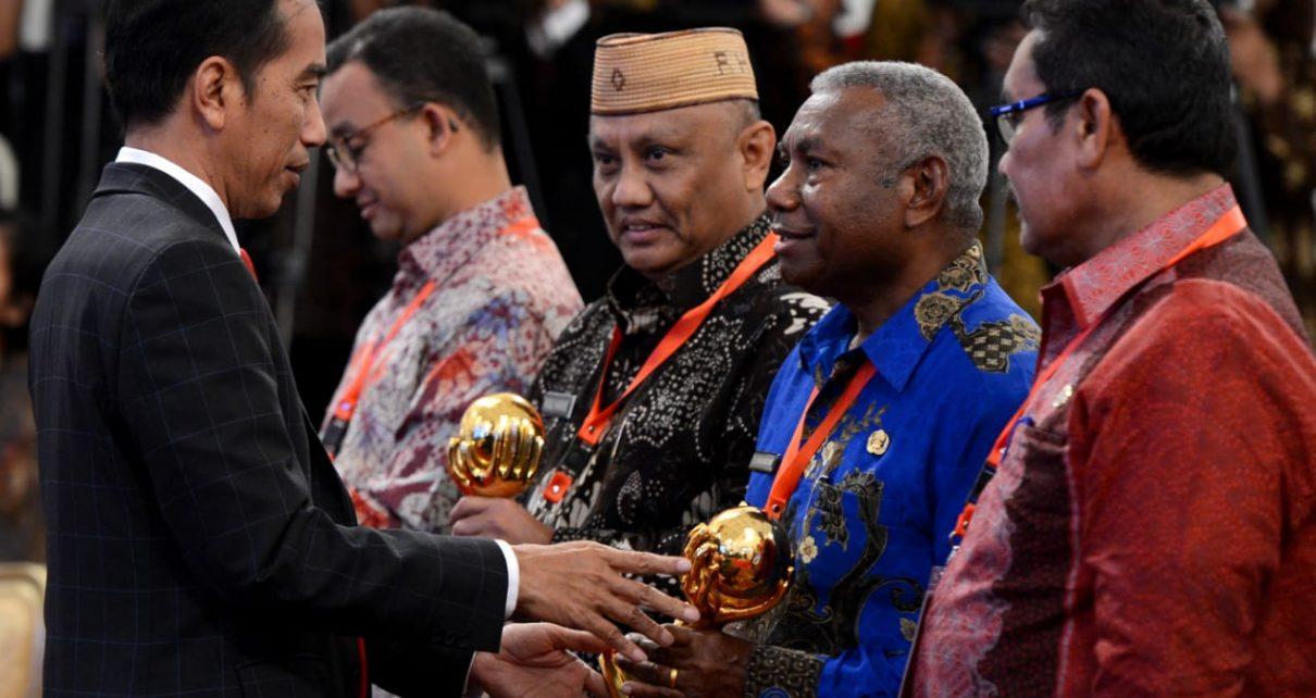 Presiden RI, Joko Widodo Menyerahkan Penghargaan Kepada Gubernur Papua Barat atas keberhasilan jaminan BPJS di Istana Negara, Rabu (23/5/2018)