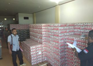 Tim Opsnal Ditreskrimsus Polda Papua Barat Menghitung BB Mirtas Jenis Bir yang telah Disita