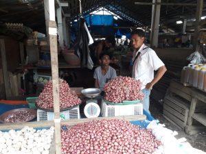 Tim Satgas Pangan Melakukan Sidak Pasar mengecek harga Bawang merah di Pasar Sentral Bintuni, Jumat (25/5/2018)