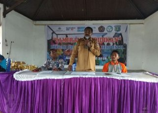 Kepas Kalasuat, Kepala Dinas Pendidikan Kabupaten Sorong saat menyampaikan sambutan pada acara penutupan pameran Hardiknas di Alun-alun Aimas, Kabupaten Sorong