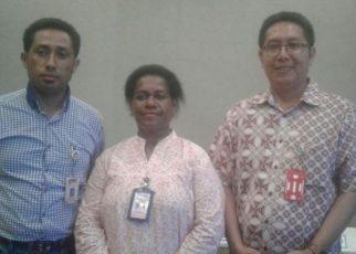 Johana Kemesrar, Sekretaris Tim Seleksi Wilayah II (tengah) bersama Said Musaad Komisioner KPU Prov PB dan Ary krisdiantoro, salah satu tim penguji Psikotest