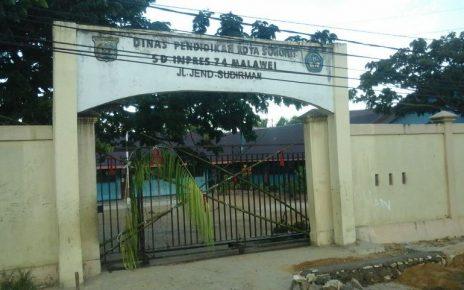 Tampak Gerbang SD Inpres 74 Kota Sorong dipalang oleh pemilik ulayat menggunakan Bambu cui dan kain merah