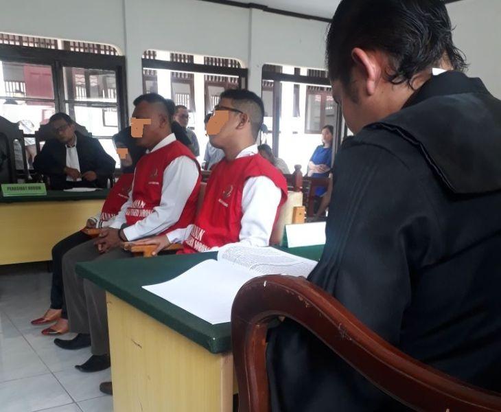 HS, JB dan I saat mendengarkan pembacaan tuntutan oleh Jaksa Penuntut Umum