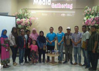 Para jurnalis sorong foto bersama dengan General Manager The Belagri Hotel, Agus Zulhasman
