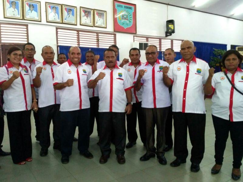 Gabriel Asem, Ketua KONI Kabupaten Tambrauw bersama Engel Kocu, Sekda Kabupaten Tambrauw berpose bersama pengurus KONI lainnya usai dilantik