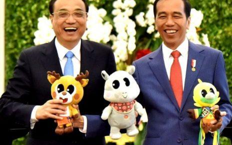 Presiden RI, Joko Widodo bersama PM Li Keqiang memamerkan maskot Asian Games