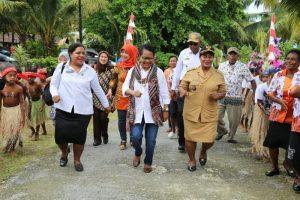 Yohana Yambise, Mentri PPPA RI disambut oleh Masyarakat Desa Mansawan, Biak, Provinsi Papua