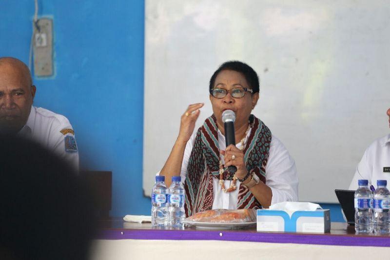 Yohana Yambise, Mentri PPPA RI saat memberikan materi industri perumahan terhadap para ibu-ibu rumah tangga di Desa Mansawan, Biak, Provinsi Papua
