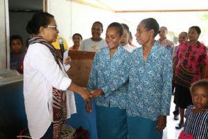Yohana Yambise, Mentri PPPA RI berjabat tangan dengan salah satu ibu-ibu di Desa Mansawan, Biak, Provinsi Papua