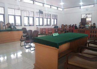 Tampak ruang sidang Pengadilan Negeri kelas Ib Sorong yang hanya dihadiri Kuasa Hukum HS serta pihak keluarga, sedangkan bangku JPU terlihat kosong