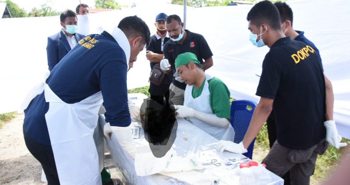 Gabungan Penyidik Ditreskrimsus dan tim forensik Polda Papua Barat melakukan otopsi terhadap bayi yang diduga korban mall praktek oleh RSUD Manokwari di TPU Pasir Putih, Sabtu (2/6/2018)