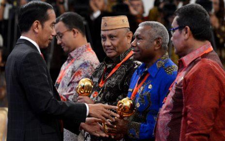 Gubernur, Dominggus Mandacan Menerima Penghargaan dari Presiden, Joko Widodo Karena Menjamin Semua Masyarakat Papua Barat Dalam Program JKN-KIS