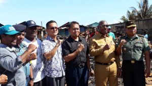 Gubernur, Drs Dominggus Mandacan didampingi Forkopimda Papua Barat Meninjau lokasi kebakaran di Jl Bubara, Kota Sorong, Sabtu (16/6/2018)