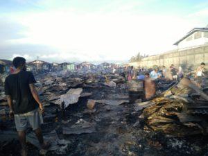 Tampak para warga tengah mencari sisa-sisa kebakaran