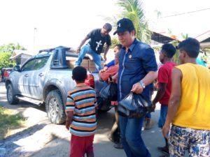 Jajaran Pengurus dan masyarakat membongkar bantuan sembako kepada masyarakat korban kebaklaran di Posko Kebakaran Kodim 1704 Sorong