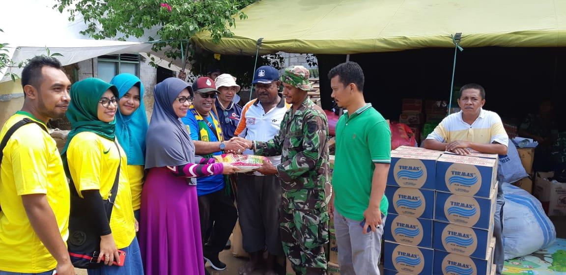 Keluarga M. Sanusi Rahaningmas Mneyerahkan Bantuan kepada korban kebakaran Jl Bubara, Kelurahan Klaligi, Distrik Sorong Manoi, Kota Sorong, Kamis (14/6/2018)