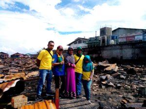 Keluarga M.Sanusi Rahaningmas berada di lokasi kebakaran