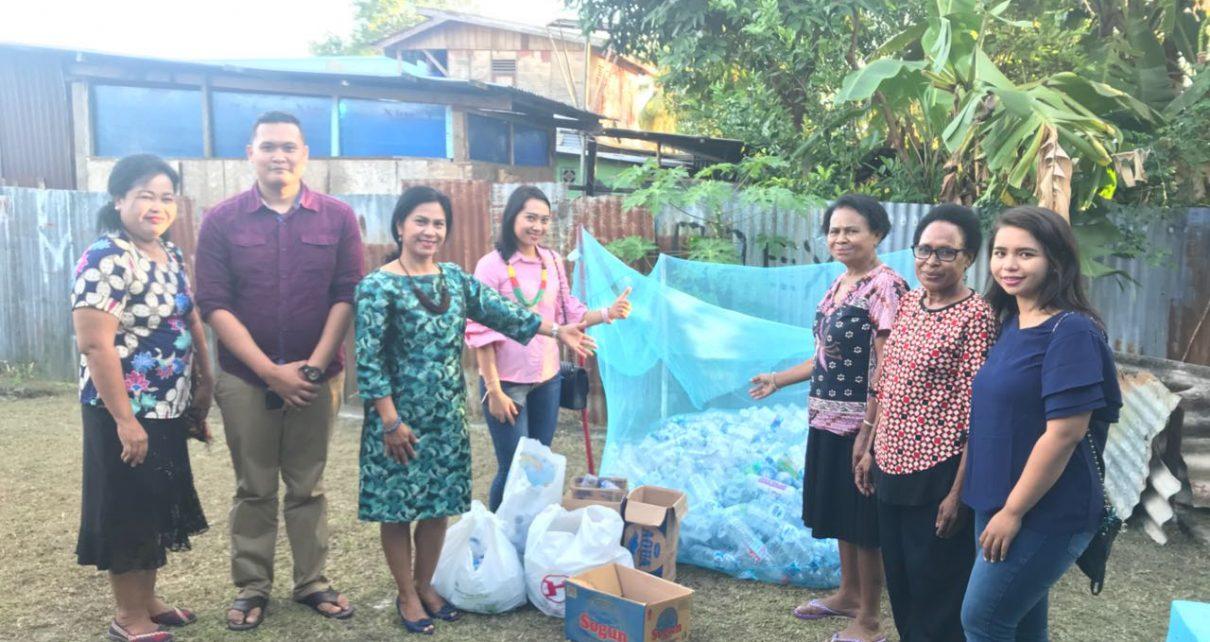 Ketua Bhayangkari Daerah Poolda Papua Barat, Ny Wati Rodja melihat tempat daur ulang sampah menjadi kerajinan tangan di Kelurahan Padarni, Manokwari, Sabtu (2/6/2018)