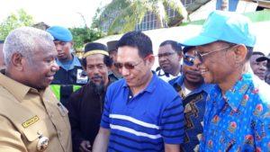 Ketua DPW Partai NasDem Papua Barat, Drs Dominggus Mandacan Didampingi Sekretaris, Rocky L. Mansawan, S.E dan Ketua DPD Partai NasDem Kota Sorong, Jhon R.L. Manswan menyerahkan Bantuan