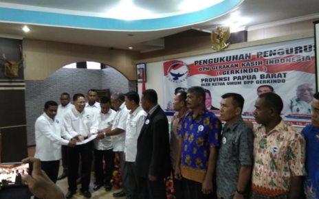 Ketua Umum DPP Gerkindo, Pdt Efraim Yerry Tawalujan, M.Th mengukuhkan kepengurusan DPW Gerkindo Provinsi Papua Barat di Hotel Billy Jaya Manokwari,Sabtu (16/6/2018)