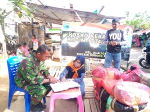 Kordinator Mahasiswa Fakultas Geologi Unipa-Sorong, Fahriah Sanusi Rahaningmas melaporkan sumbangan kepada piket Posko kebakaran Kodim 1704/Sorong